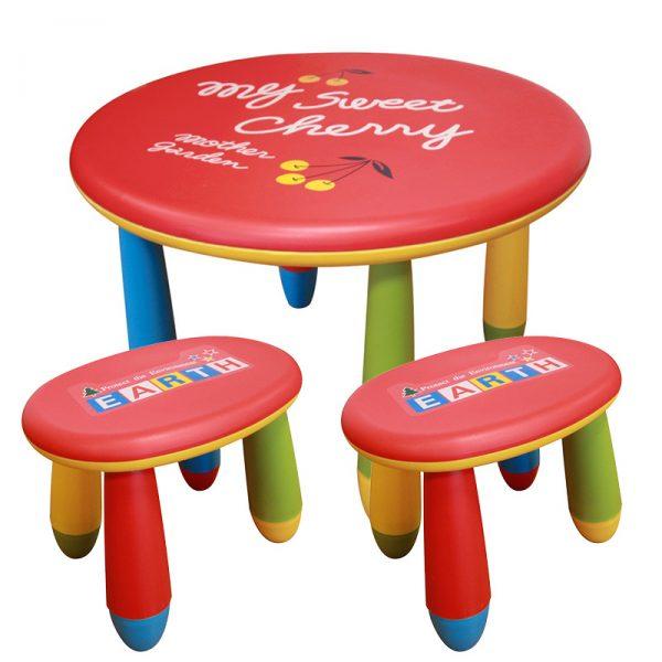 Plastový stoleček se dvěma stoličkami